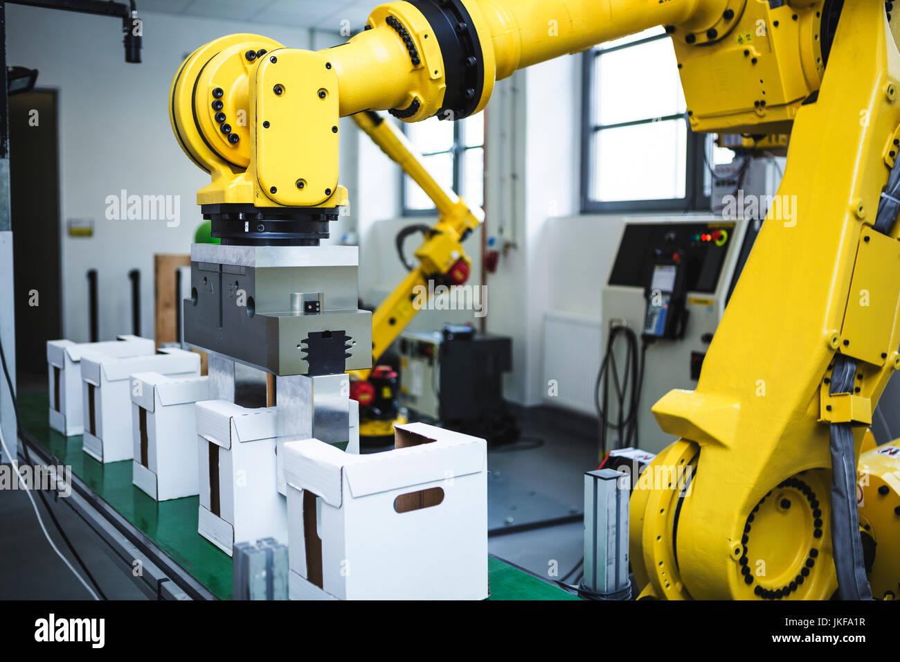 Robot industriale al lavoro Immagini Stock