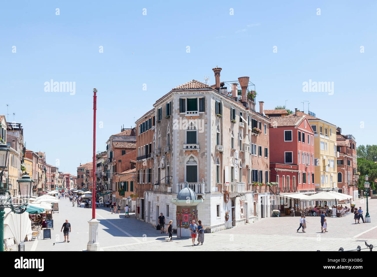Via Giuseppe Garibaldi, Castello, Venezia, Italia con John Cabot Casa nel centro e una vista lungo la Riva dei Sette Immagini Stock
