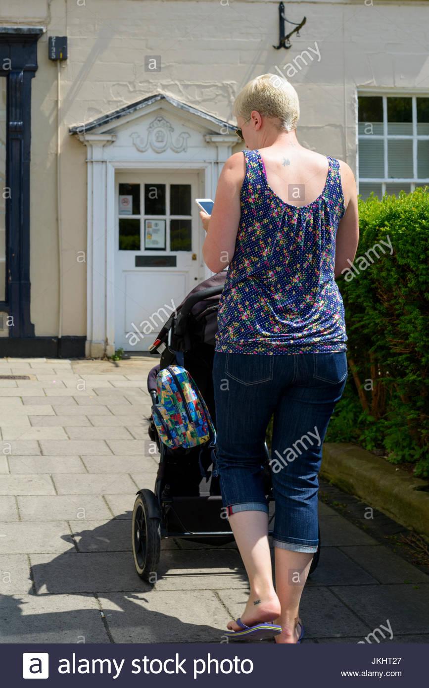 La madre e la PRAM, Salisbury, Wiltshire, Inghilterra, Regno Unito Immagini Stock