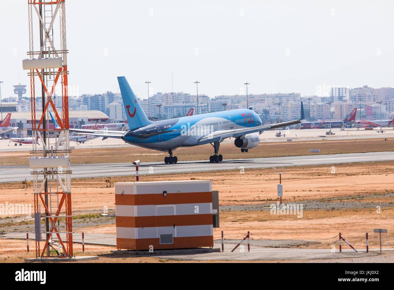 FARO, Portogallo - Juny 18, 2017 : Tui voli aereo atterraggio sull'Aeroporto Internazionale di Faro. Aeroporto Immagini Stock