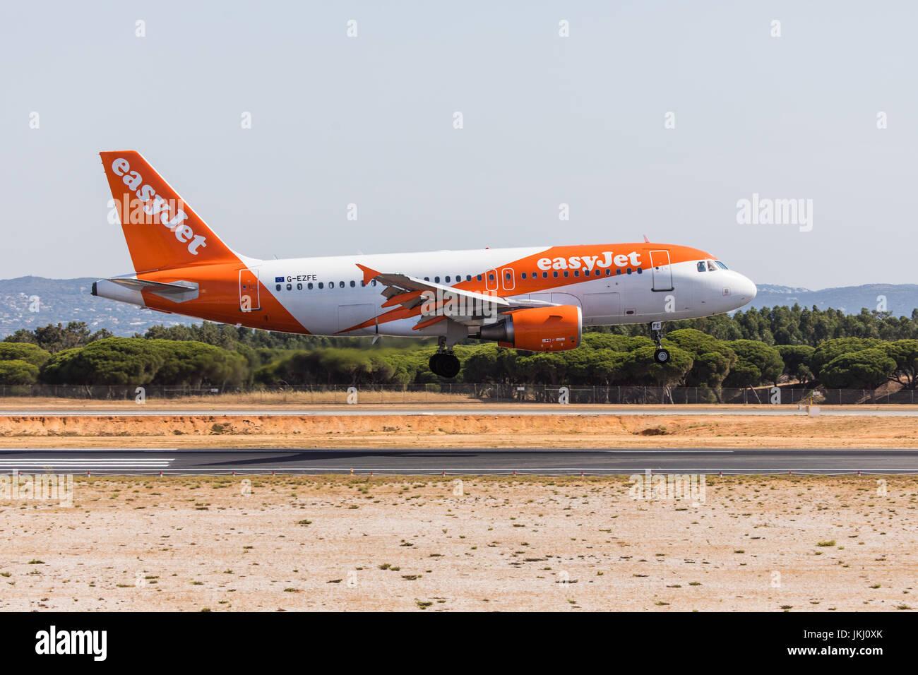 FARO, Portogallo - Juny 18, 2017 : i voli easyJet atterraggio aereo sull'Aeroporto Internazionale di Faro. Aeroporto Immagini Stock