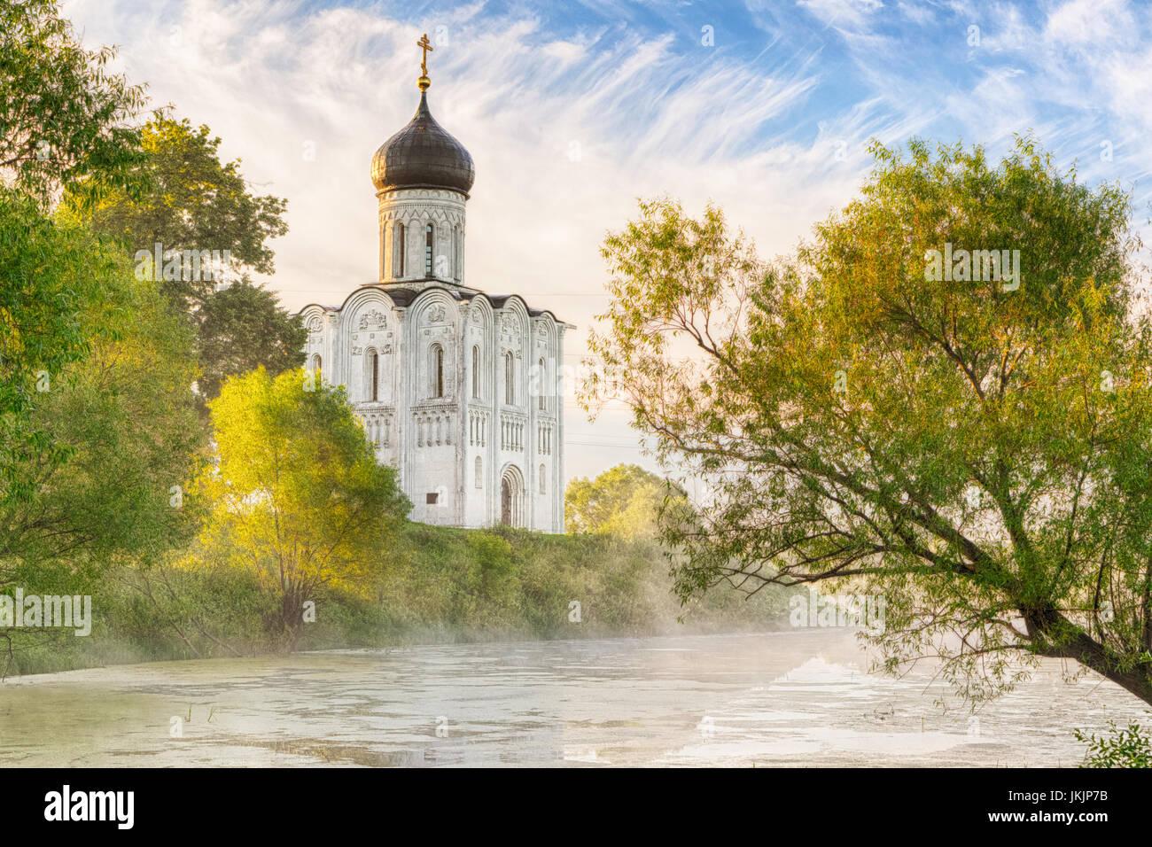 Chiesa di intercessione sul Nerl nella nebbia mattutina in Bogolyubovo, Vladimir oblast, Russia Immagini Stock
