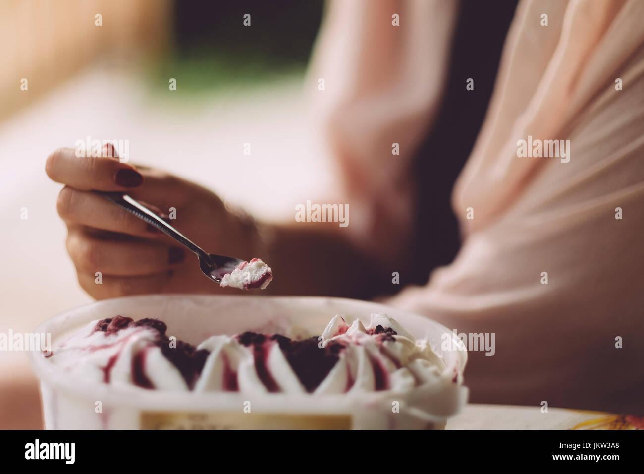 La donna a mangiare il gelato Immagini Stock