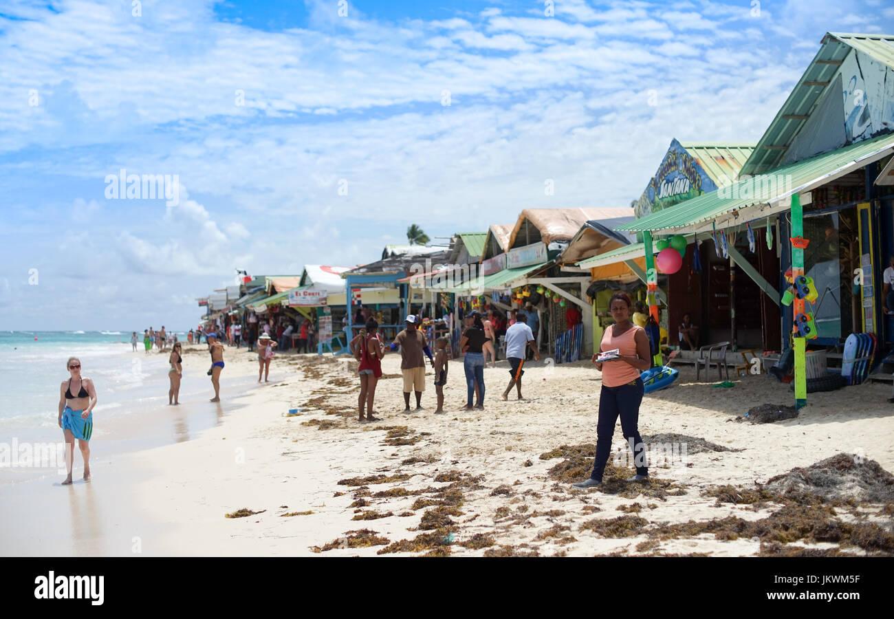Piccola spiaggia di shanty capanne in Punta Cana Repubblica Dominicana. La fornitura di servizi come henné Immagini Stock