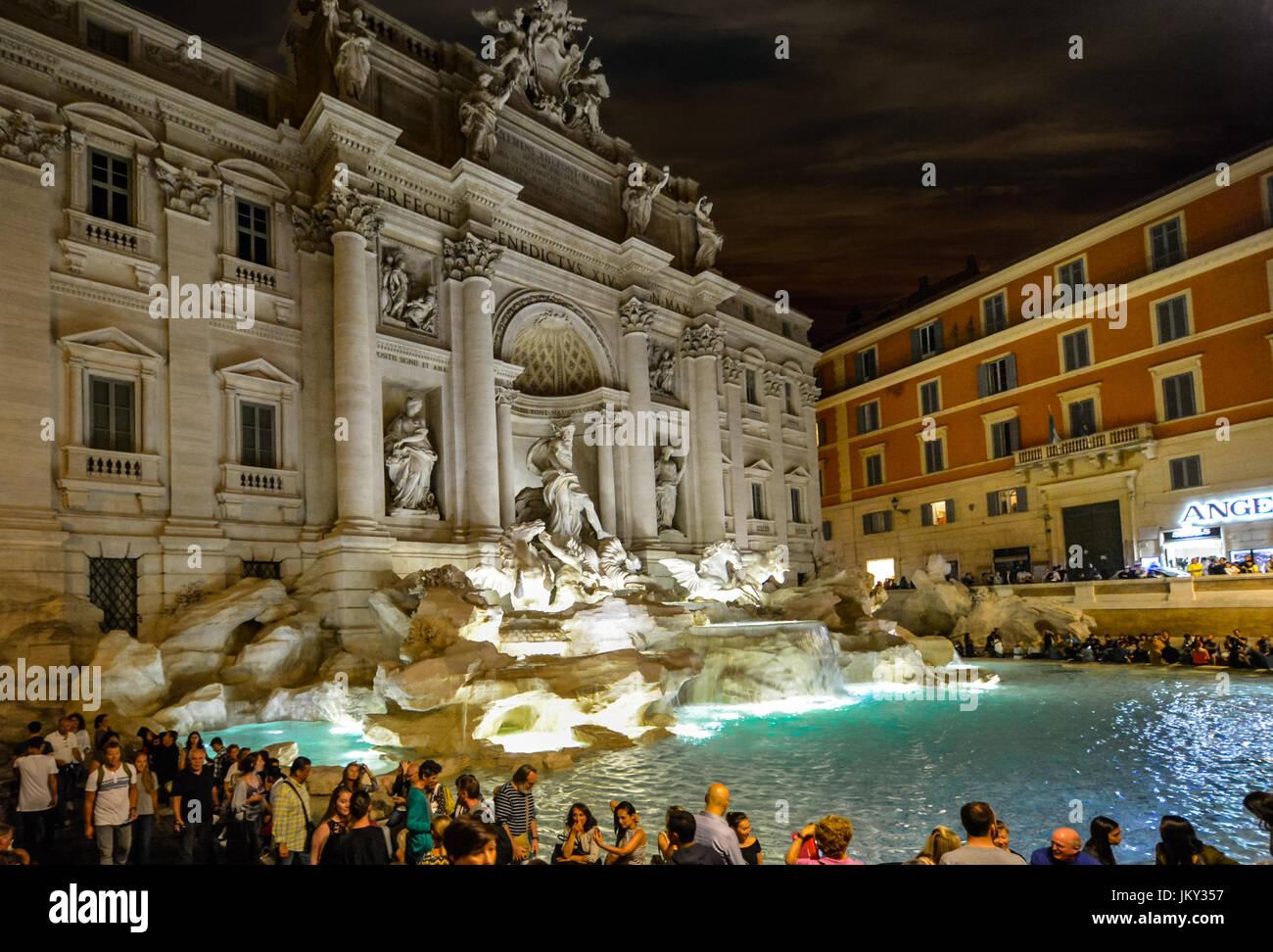 Calda notte d'estate a Roma Italia come la folla di turisti godere la Fontana di Trevi e la vita notturna in Immagini Stock