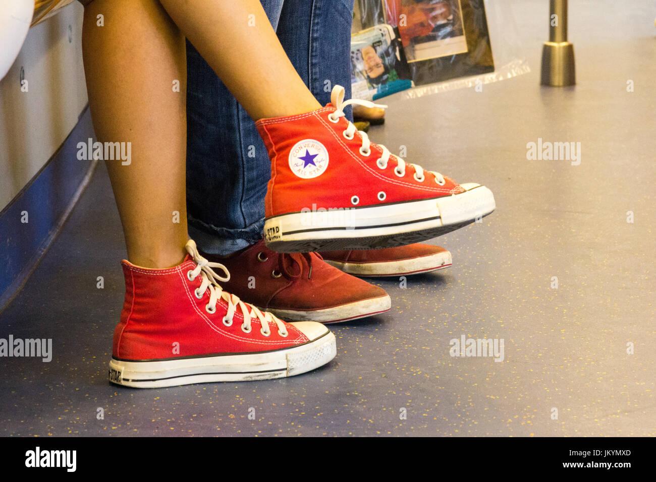 Ragazza giovane indossando coppia di Converse All Star