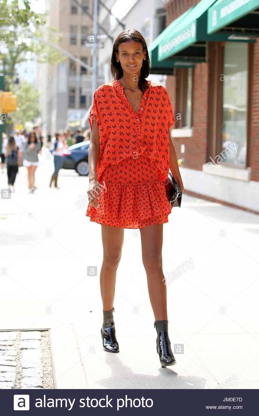 fb554b49bb4f Liya Kebede. Modello di Liya Kebede, indossando un arancio abiti estivi,  assiste Rachel Zoe's SS16 mostrano come un al di là del 2015 la settimana  della ...