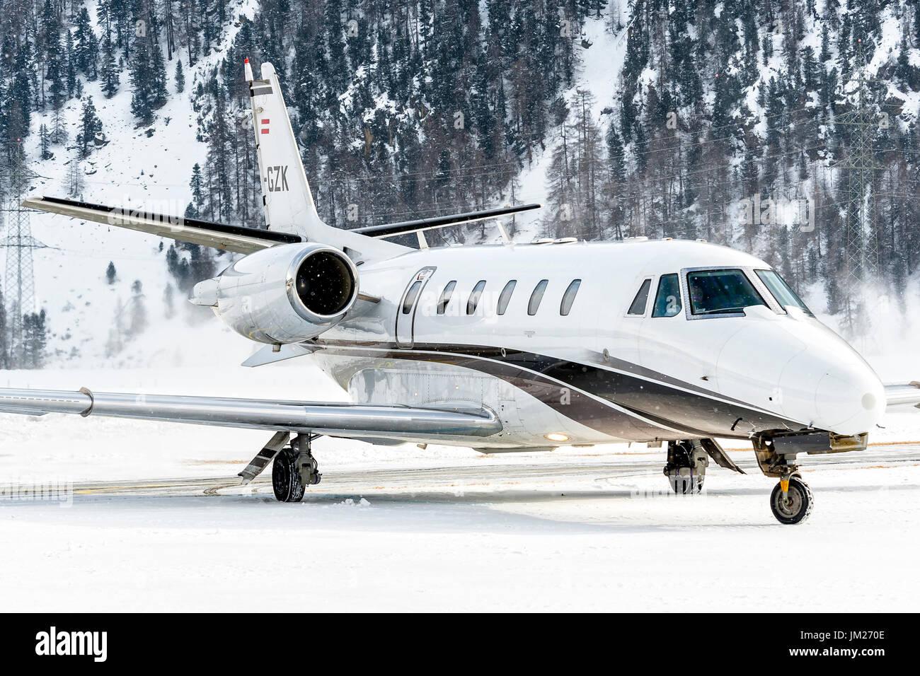 Aereo Privato Lusso : Jet privato sulla pista fotografia stock immagine di trasporto