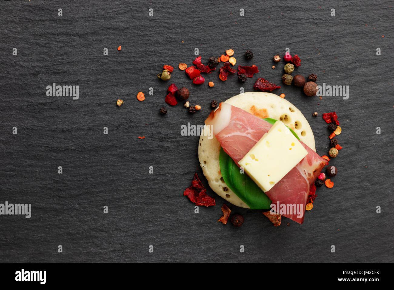 Pancake fatti in casa crostini su pietra ardesia piastra per finger food party Immagini Stock