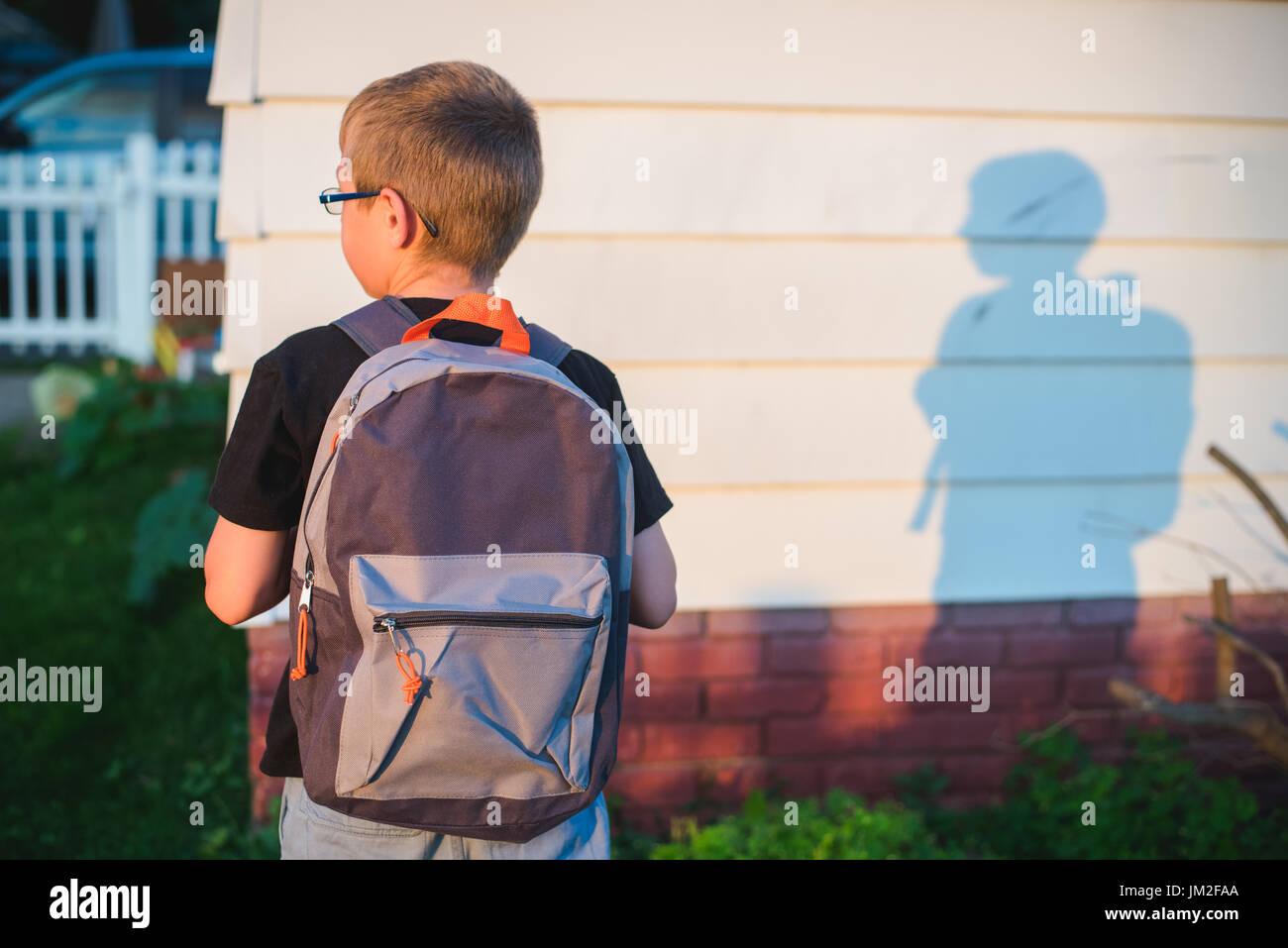 Uno studente che indossa un back pack o prenota sacco e pronto per la scuola. Immagini Stock