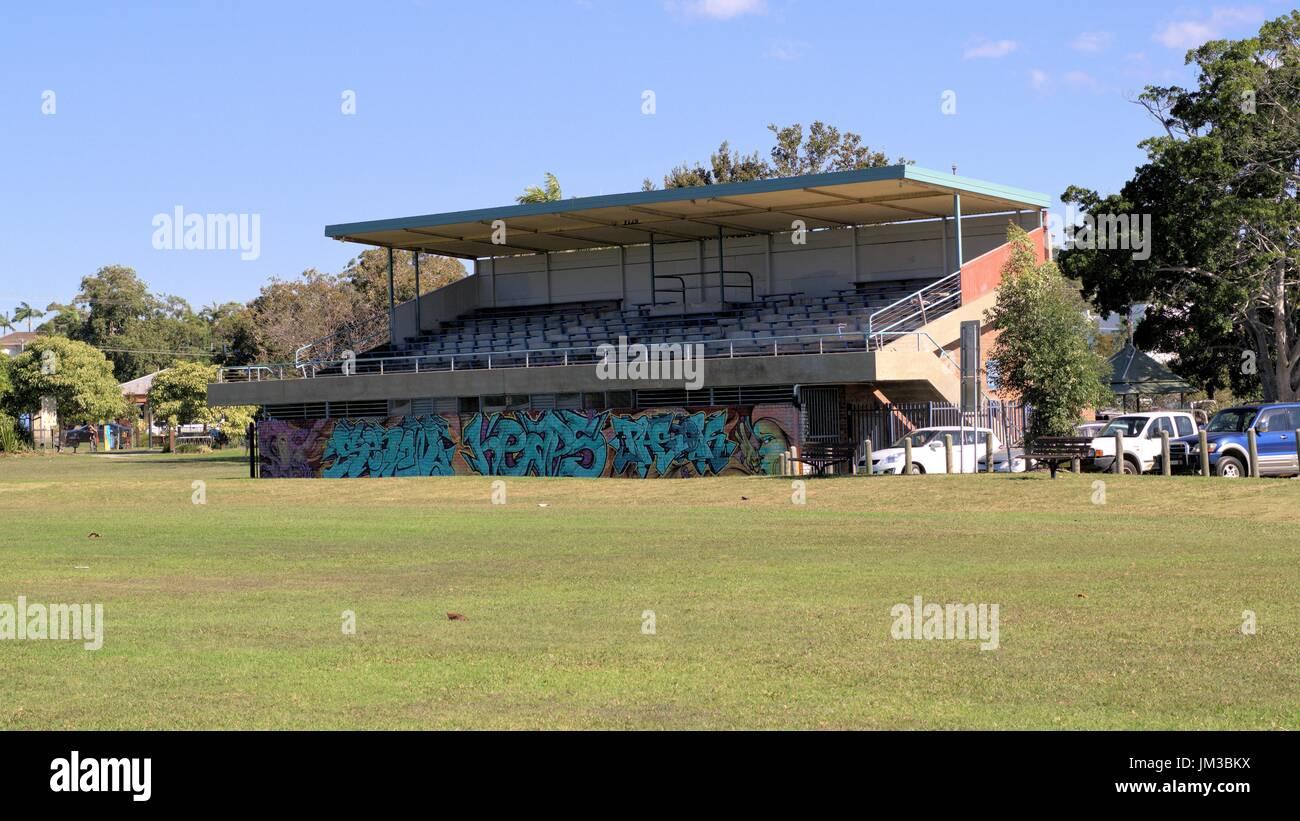 In data 4 luglio 2017. Spettatori stand presso il parco giochi coperto di graffiti a Coffs Harbour Nuovo Galles del Sud Australia Immagini Stock