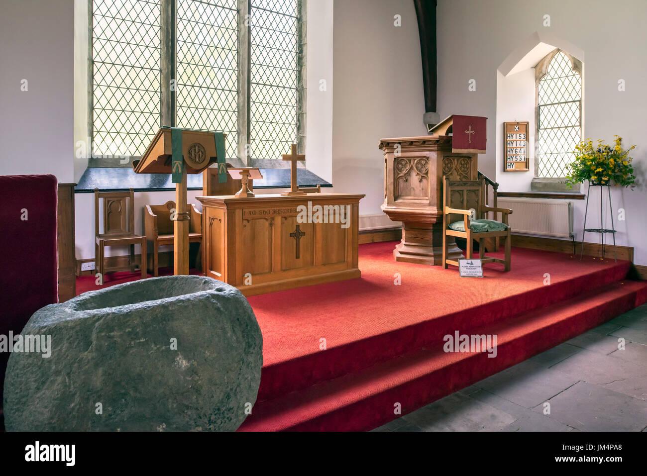 Interno che mostra la pietra fonte battesimale, altare e pulpito in legno del Balquhidder Chiesa Parrocchiale, Stirling, Scozia, Regno Unito Immagini Stock