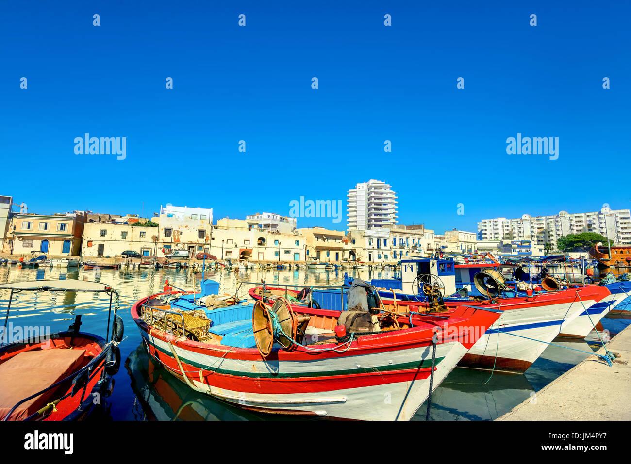 Vista panoramica di colorate barche da pesca in Bizerte. La Tunisia, Nord Africa Immagini Stock