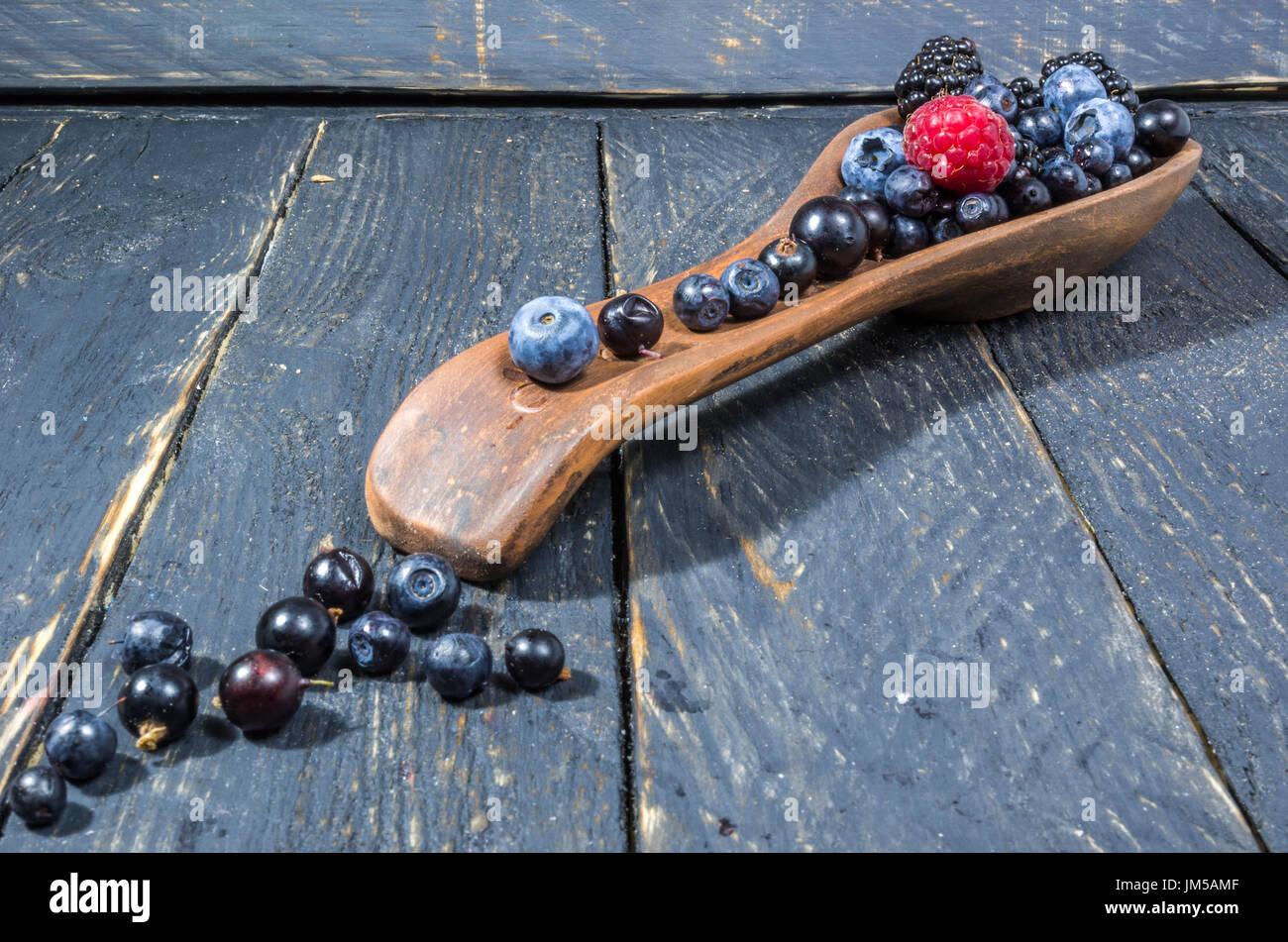 Decorazione di frutti di bosco. Diagonal foto. Prospettiva. La foto scura Immagini Stock