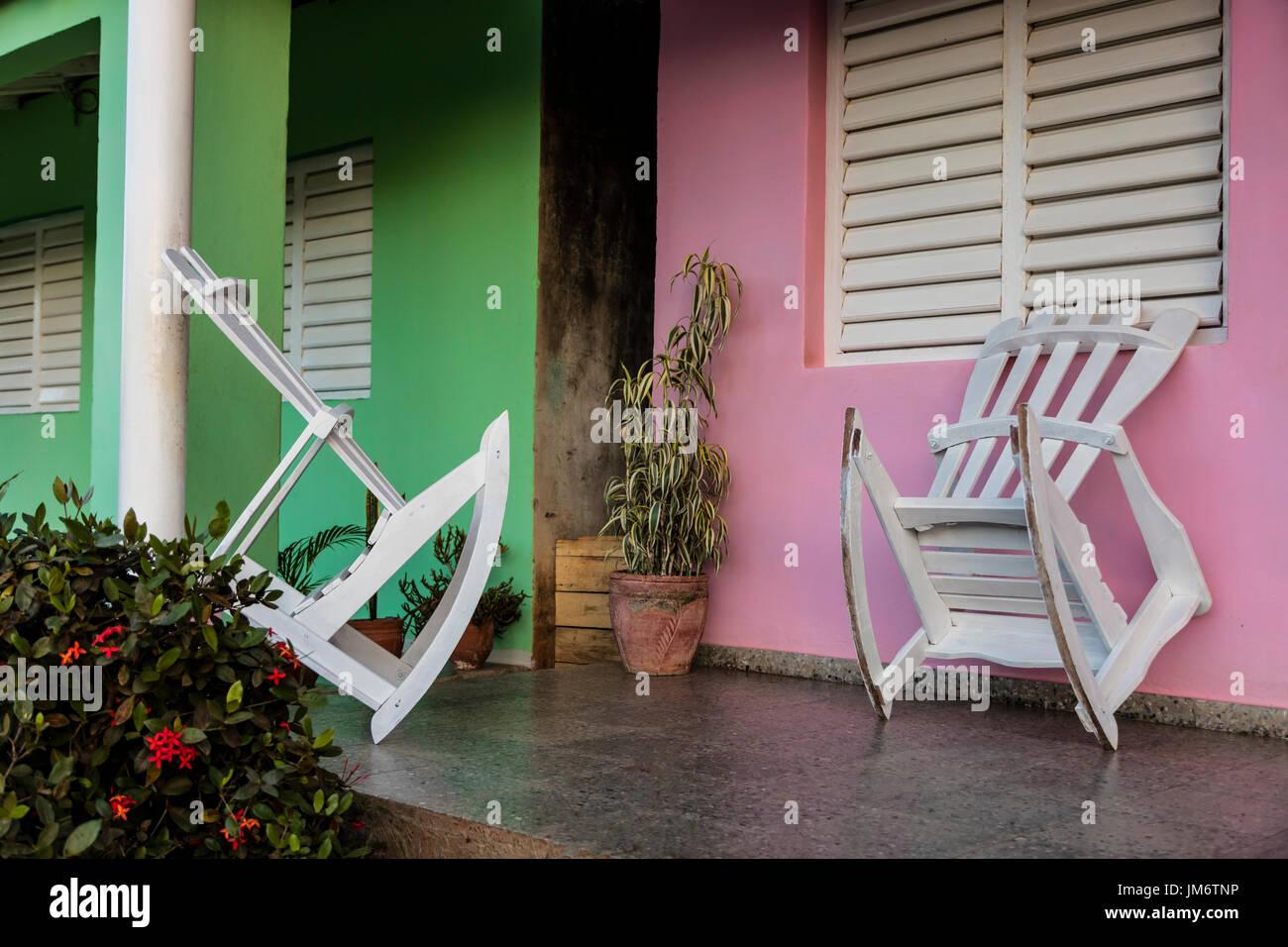 Sedie a dondolo sotto il portico di una casa PARTICULARES home ...