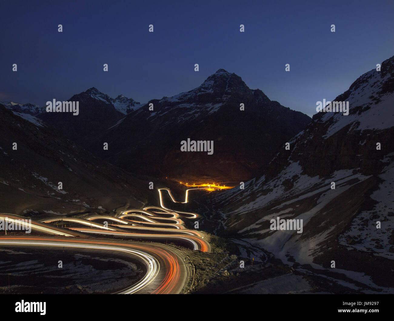 Veicolo sentieri di luce sulla Cuesta Caracoles Los Andes, la strada per la localita' sciistica di Portillo e il confine Argentino: una delle strade più pericolose in Foto Stock