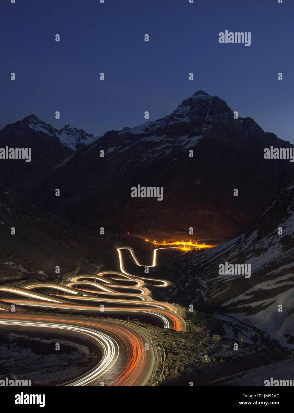 Veicolo sentieri di luce sulla cuesta caracoles los Andes, la strada per la localita' sciistica di Portillo e il confine Argentino: una delle strade più pericolose in Immagini Stock