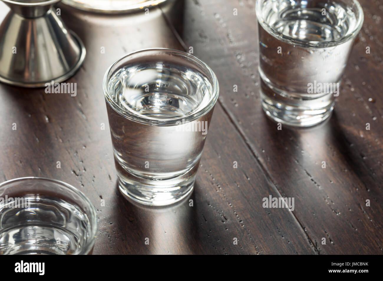 Cancellare bevande vodka russa scatti pronta da bere Immagini Stock