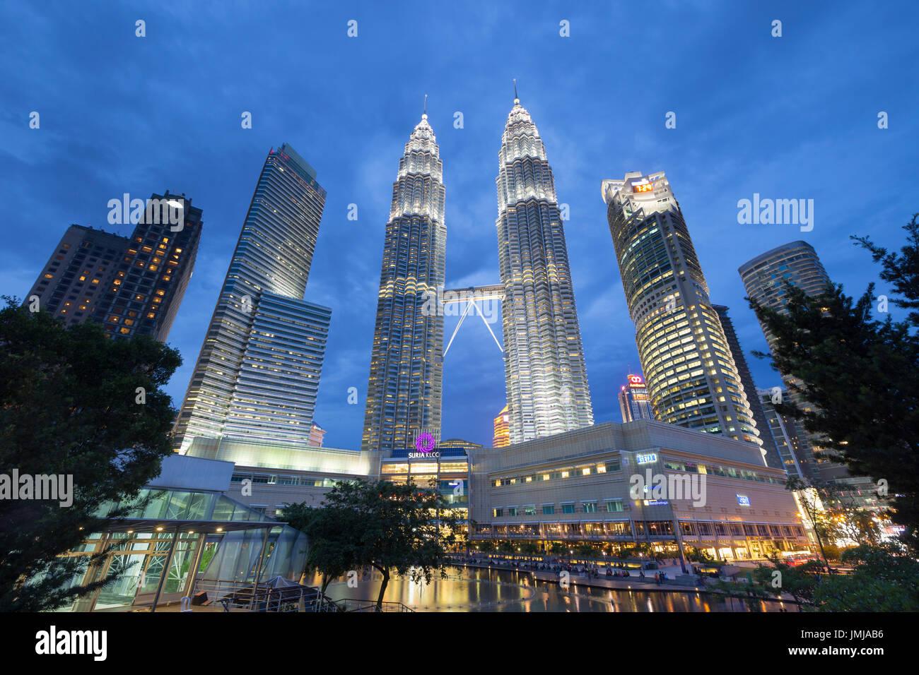 Petronas Twin Towers al crepuscolo, Kuala Lumpur, Malesia Immagini Stock
