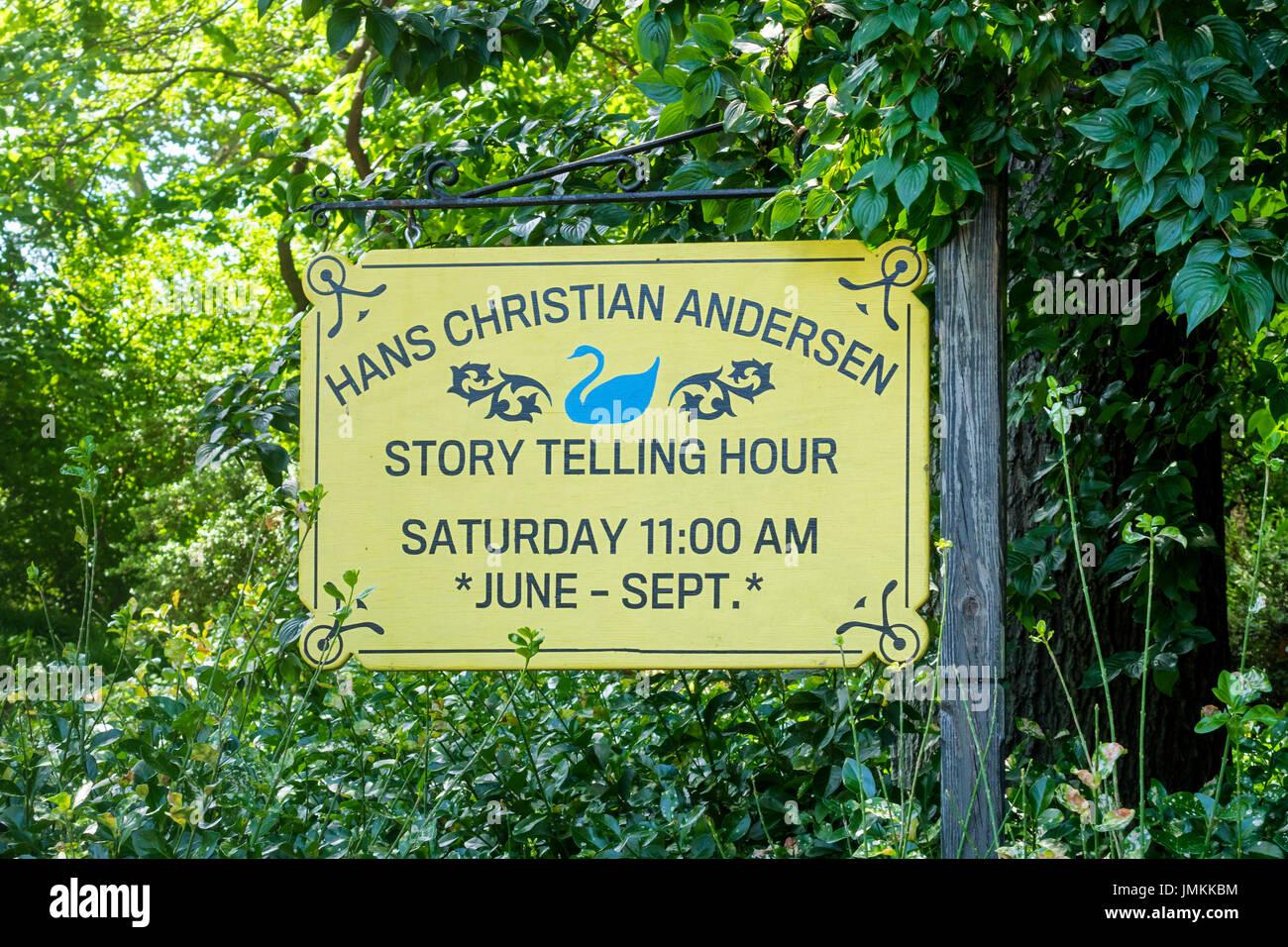 Un segno nel parco centrale di visualizzazione del tempo riservato per il settimanale di Hans Christian Andersen racconto ora Immagini Stock