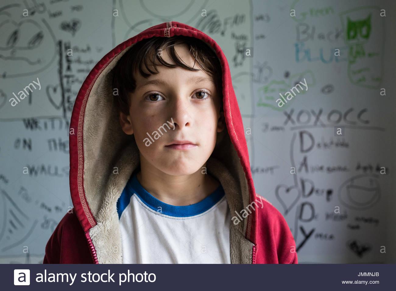 Ritratto di ragazzo che indossa un rosso felpa con cappuccio. Immagini Stock