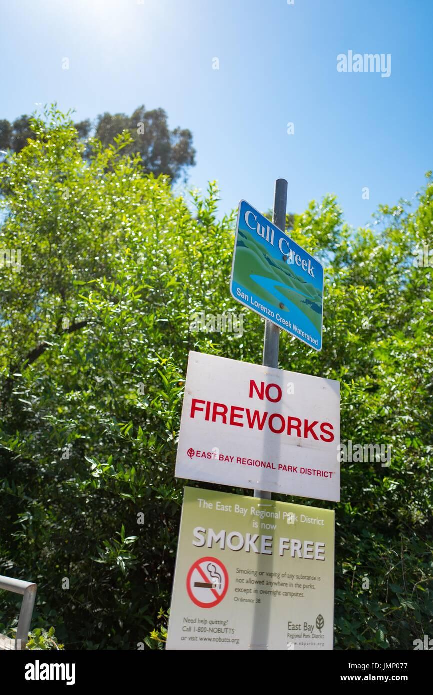 Segnaletica per Cull Creek, compreso un segno di consigliare i visitatori che tutti i fuochi d'artificio sono illegali in anticipo di Giorno di indipendenza, alla macellazione regionale Canyon Recreation Area, un East Bay Regional Park in San Francisco Bay Area cittadina di Castro Valley, California, 30 giugno 2017. Immagini Stock