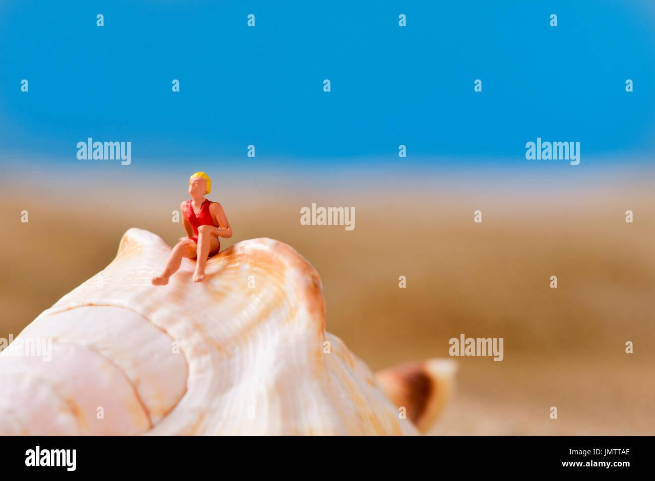 Costume Da Bagno Conchiglia : Primo piano di una donna in miniatura di indossare il costume da