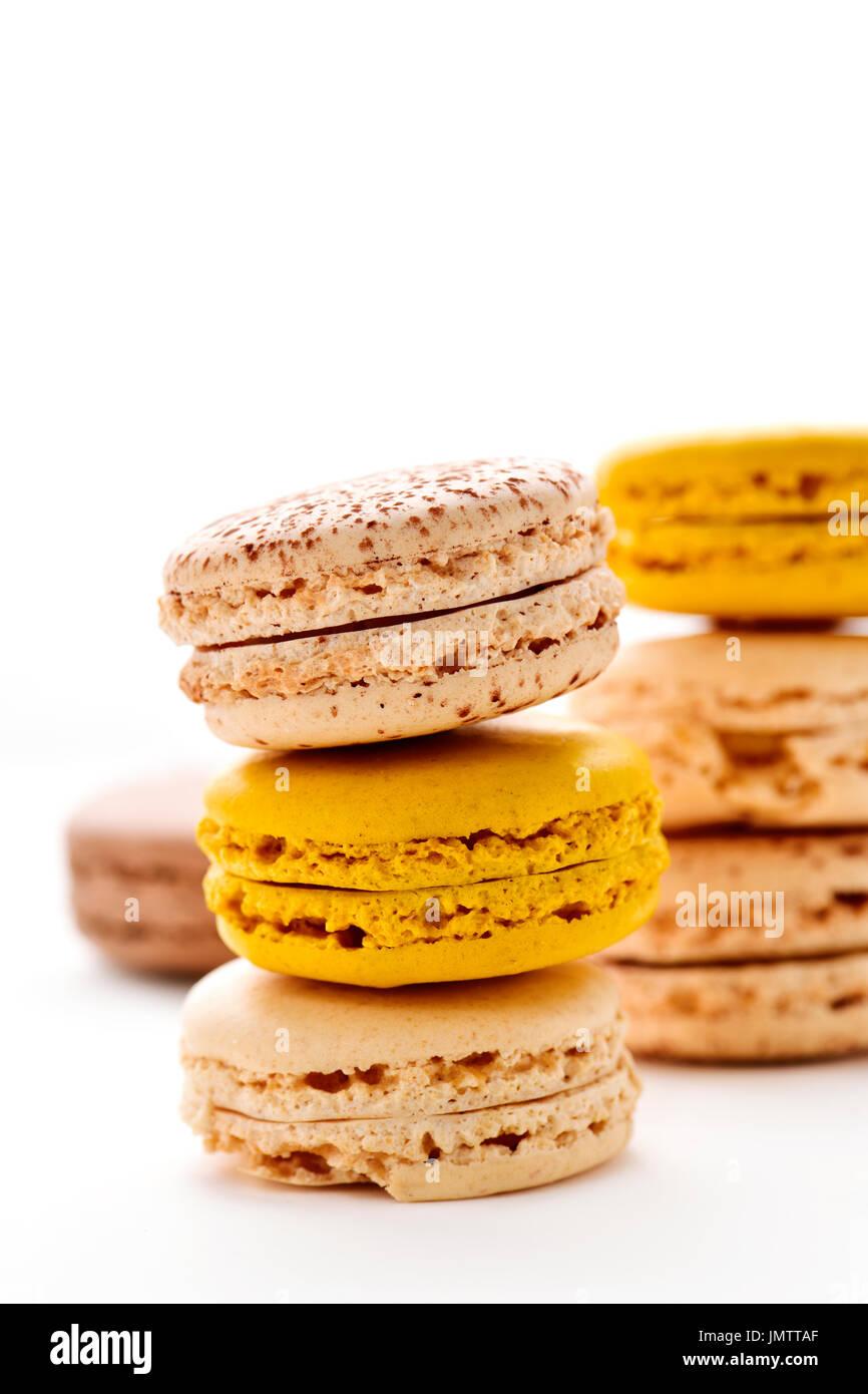Alcune pile di appetitosi macarons con diversi colori e sapori su sfondo bianco Immagini Stock