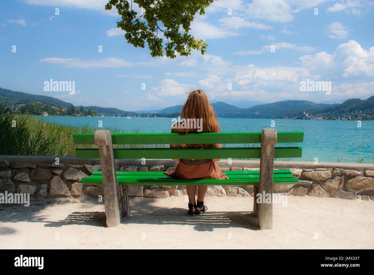 Una donna sola godendo di un bellissimo paesaggio presso il lago Wörthersee, Austria. Immagini Stock