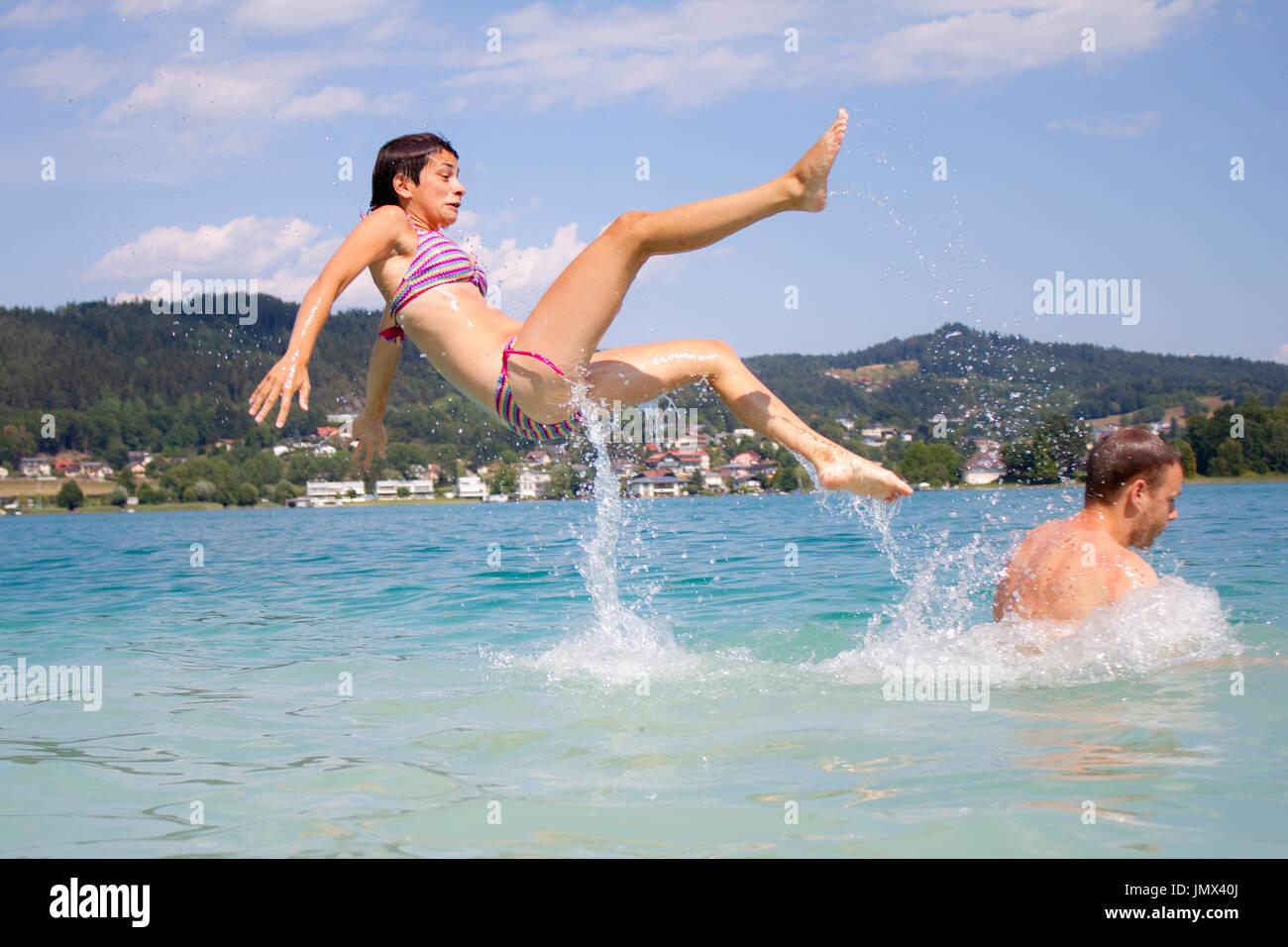 Una donna con il divertimento in acqua (Wörthersee, Austria). Immagini Stock