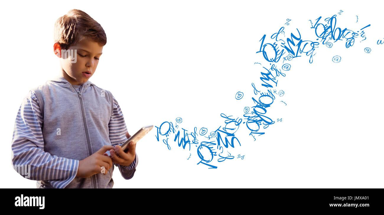 Boy utilizzando digitale compressa contro la lettera e numero accozzaglia Immagini Stock