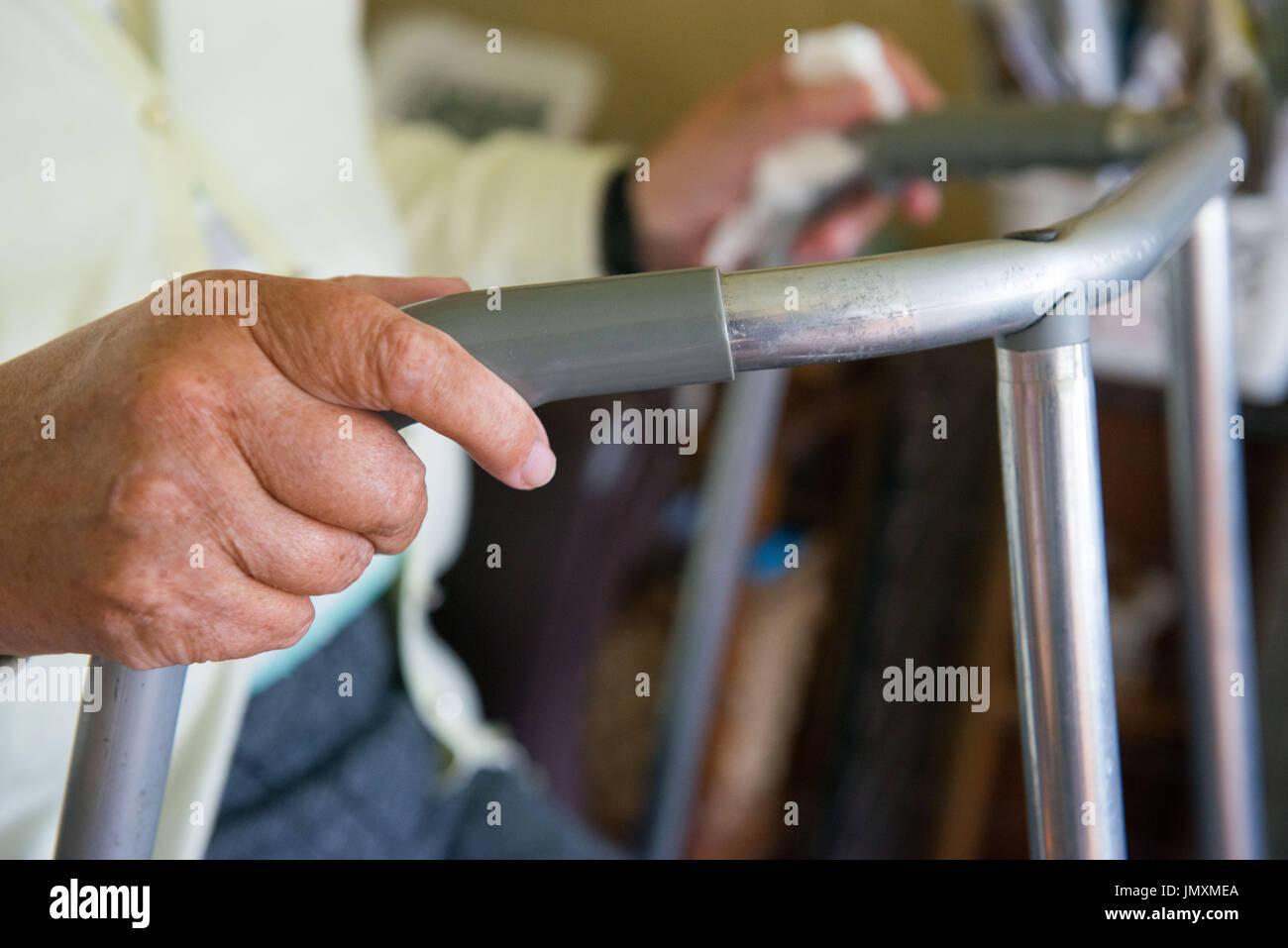 WWW.IANGEORGESONPHOTOGRAPHY.CO.UK Immagine: pensionati, titolare di pensione o di rendita, Zimmer Frame, mobilità, invalidità, vecchiaia, fragile Immagini Stock