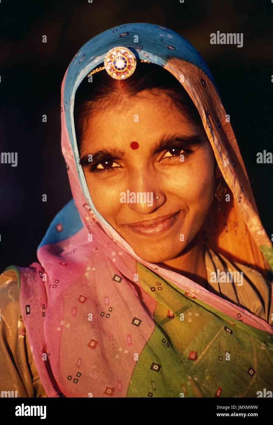 Una giovane donna del fiero Rajput casta da Kishanpura villaggio nei pressi di Pushkar nel Rajasthan in India. Immagini Stock