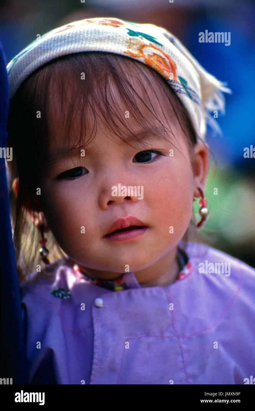 Ritratto di una giovane ragazza della Cina il IAM appartenenti a una minoranza etnica di Xishuangbanna nella provincia dello Yunnan. Immagini Stock