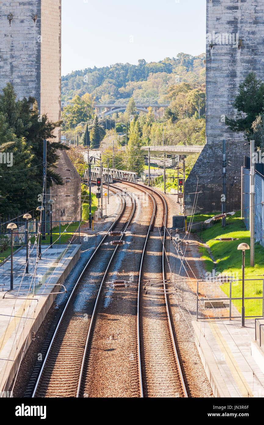 Ferrovie sotto l acquedotto di acque libere presso la stazione di Campolide a Lisbona, Portogallo Immagini Stock