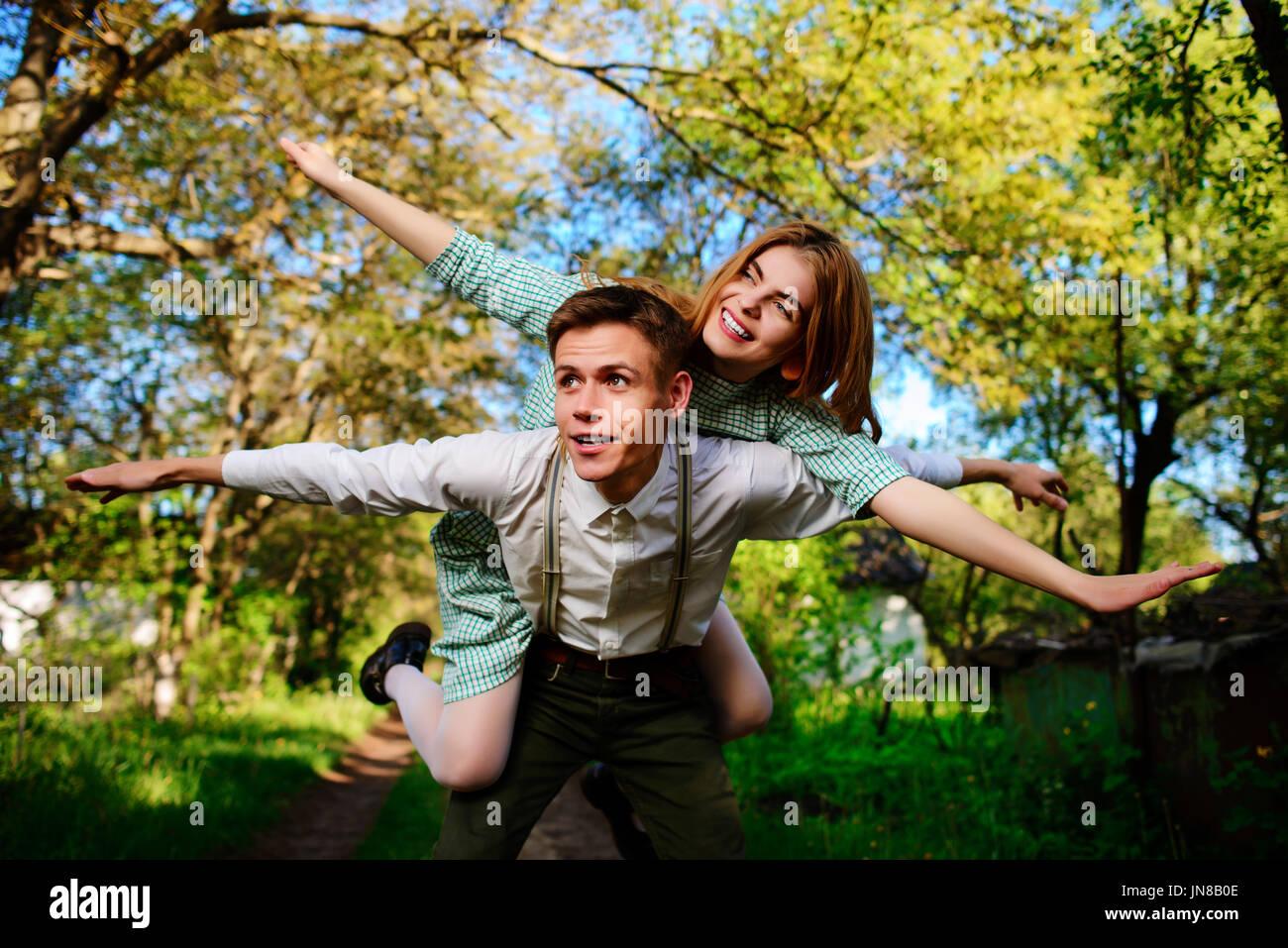 Ritratto di coppia felice alzando le mani in aria aperta. Immagini Stock