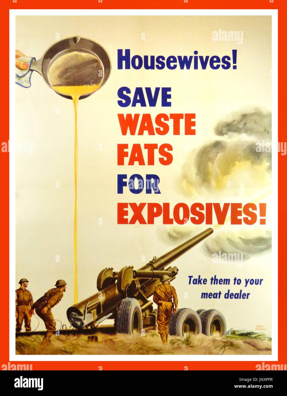 """Vintage WW2 Propaganda """"casalinghe! Salvare i grassi di scarto per esplosivi!"""" La propaganda americana della stampa per la """"la guerra nazionale programma nutrizionale' dal 1943. Il poster sottolinea l importanza delle donne delle pulizie con risorse. Una nazione in tempo di guerra non può permettersi il lusso inutile spreco nella propaganda poster puoi vedere una padella, versando il grasso che può essere paragonato da lubrificante per un cannone di artiglieria, presidiata da tre soldati americani che indossa il tipo iniziale di noi casco (ispirato al British caschi). Il grasso è un ingrediente importante per la fabbricazione di esplosivi Immagini Stock"""
