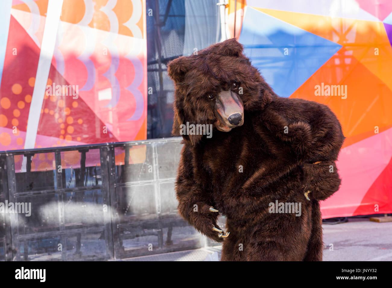 Vancouver, Canada. 30 lug 2017. Stoppino performer da mortale spira al tamburo è chiamando Festival, Canada 150 Foto Stock