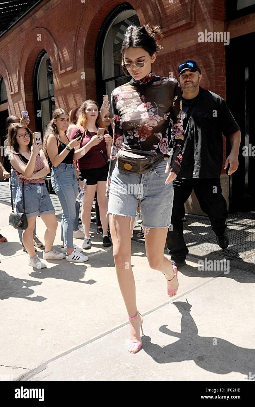 New York, NY, STATI UNITI D'AMERICA. 31 Luglio, 2017. Kendall Jenner fuori e circa per celebrità Candids - MON, Foto Stock