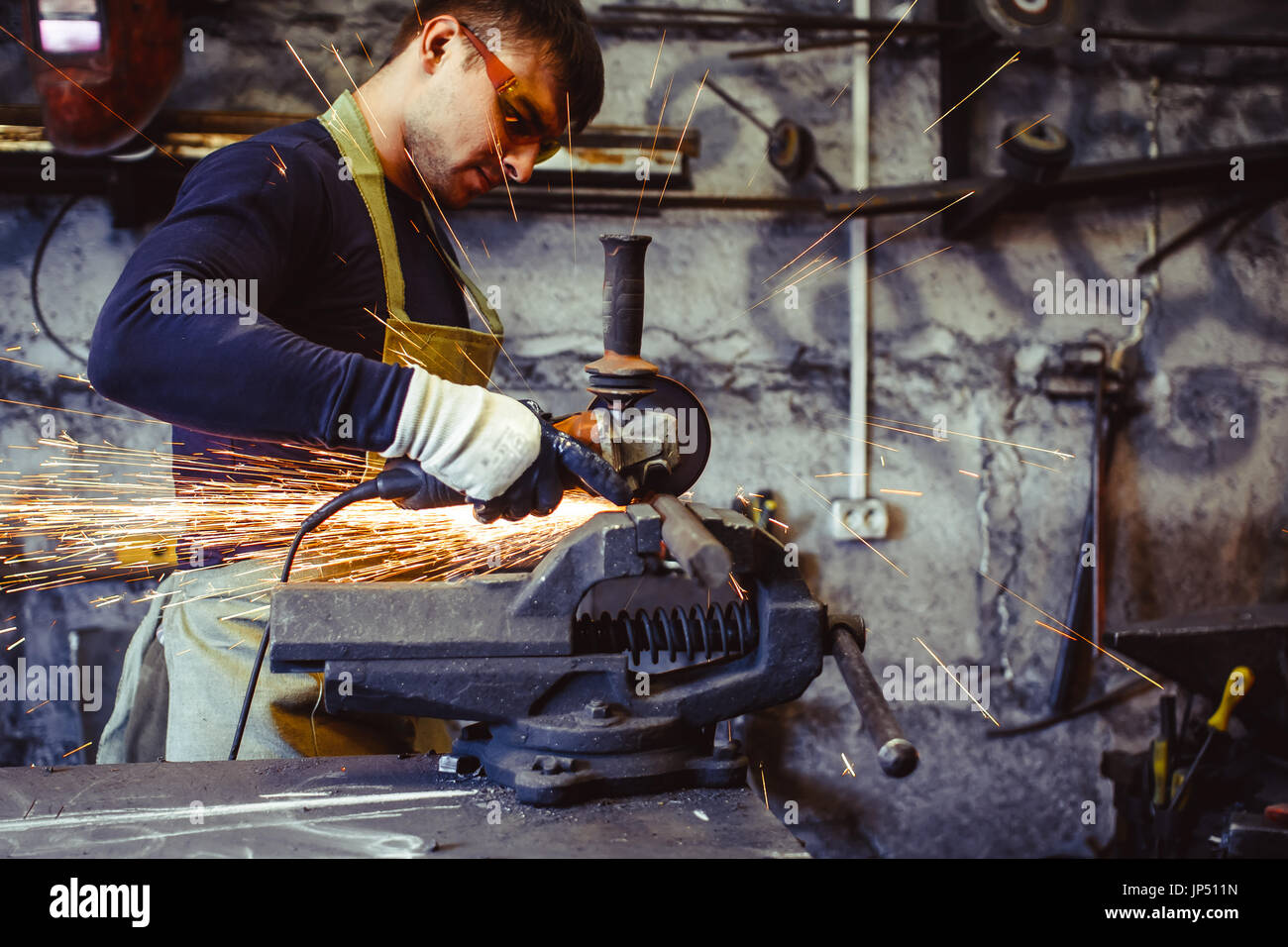 Artigiano taglio dei metalli brilla tutto workshop. Lavorando a mezzogiorno. Immagini Stock