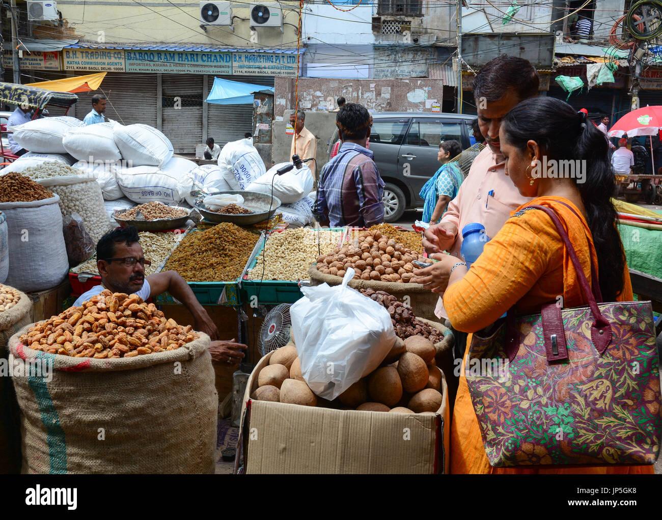 Delhi, India - 26 luglio 2015. I fornitori indiani al mercato di Vecchia Delhi, India. Delhi è detto di essere una Foto Stock