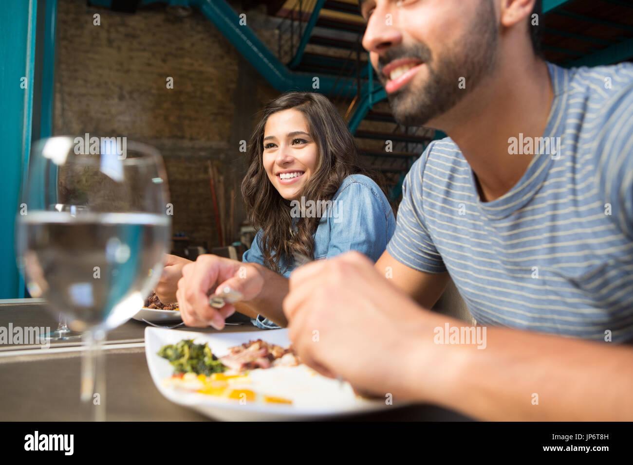 Giovane avente il pranzo al rustico ristorante gourmet Immagini Stock