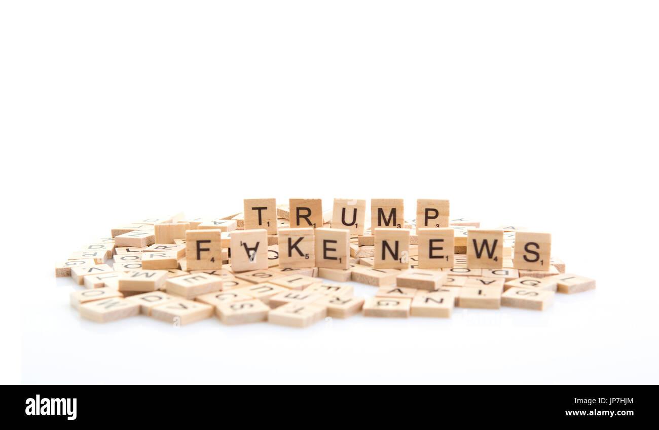 Trump e Fake News esplicitate su piastrelle di parola su uno sfondo bianco. Immagini Stock