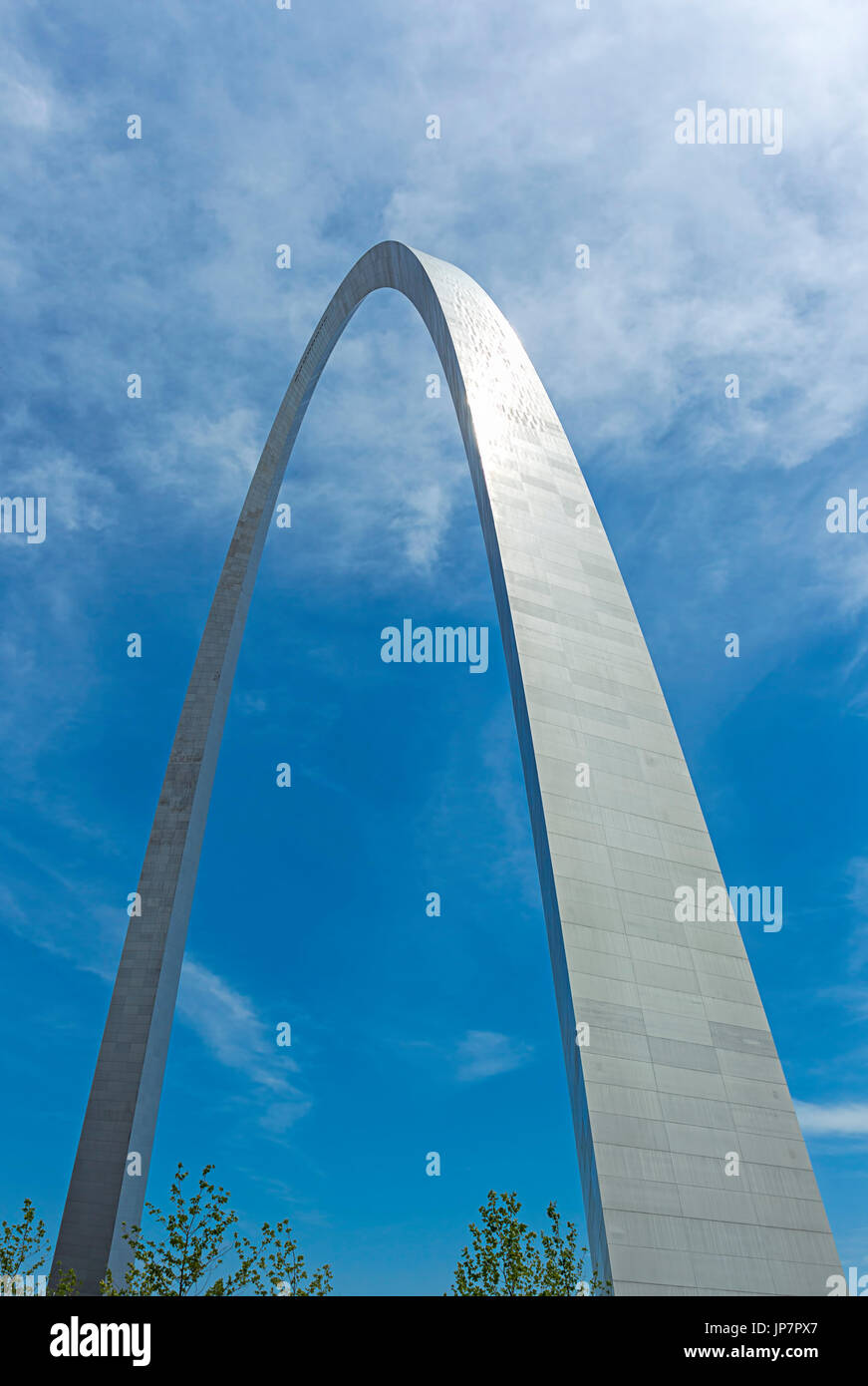 Il Gateway Arch set contro un cielo blu di San Louis, Missouri. Immagini Stock