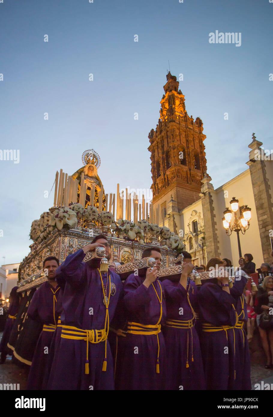Spagna, regione dell'Extremadura, Jerez de los Caballeros Città, Venerdì Santo parade, Chiesa di San Miguel Foto Stock