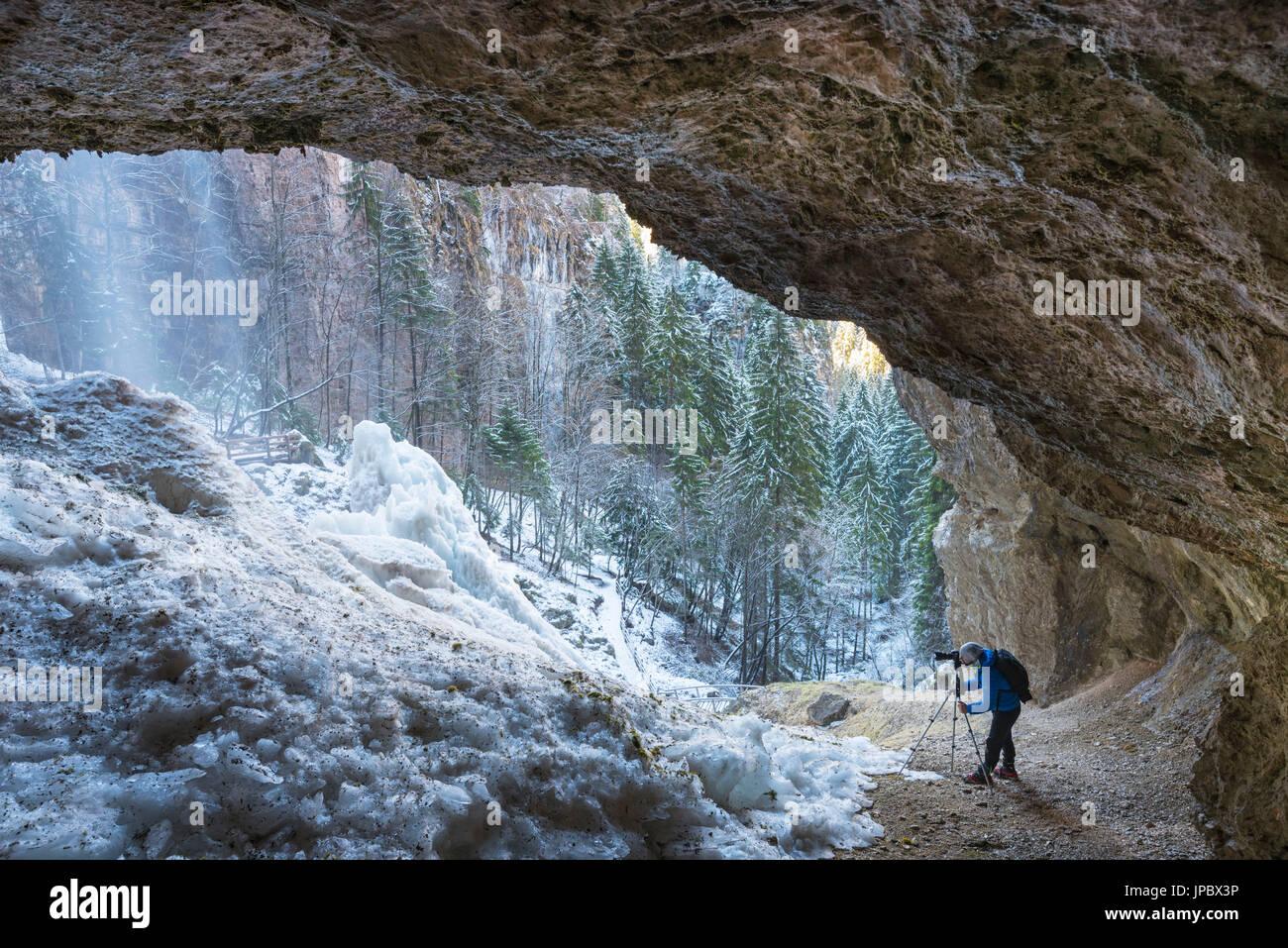 Cascata ghiacciata nella grotta Europa, Italia, Regione Trentino Alto Adige, Trento distretto, Val di Non, Tret city Immagini Stock