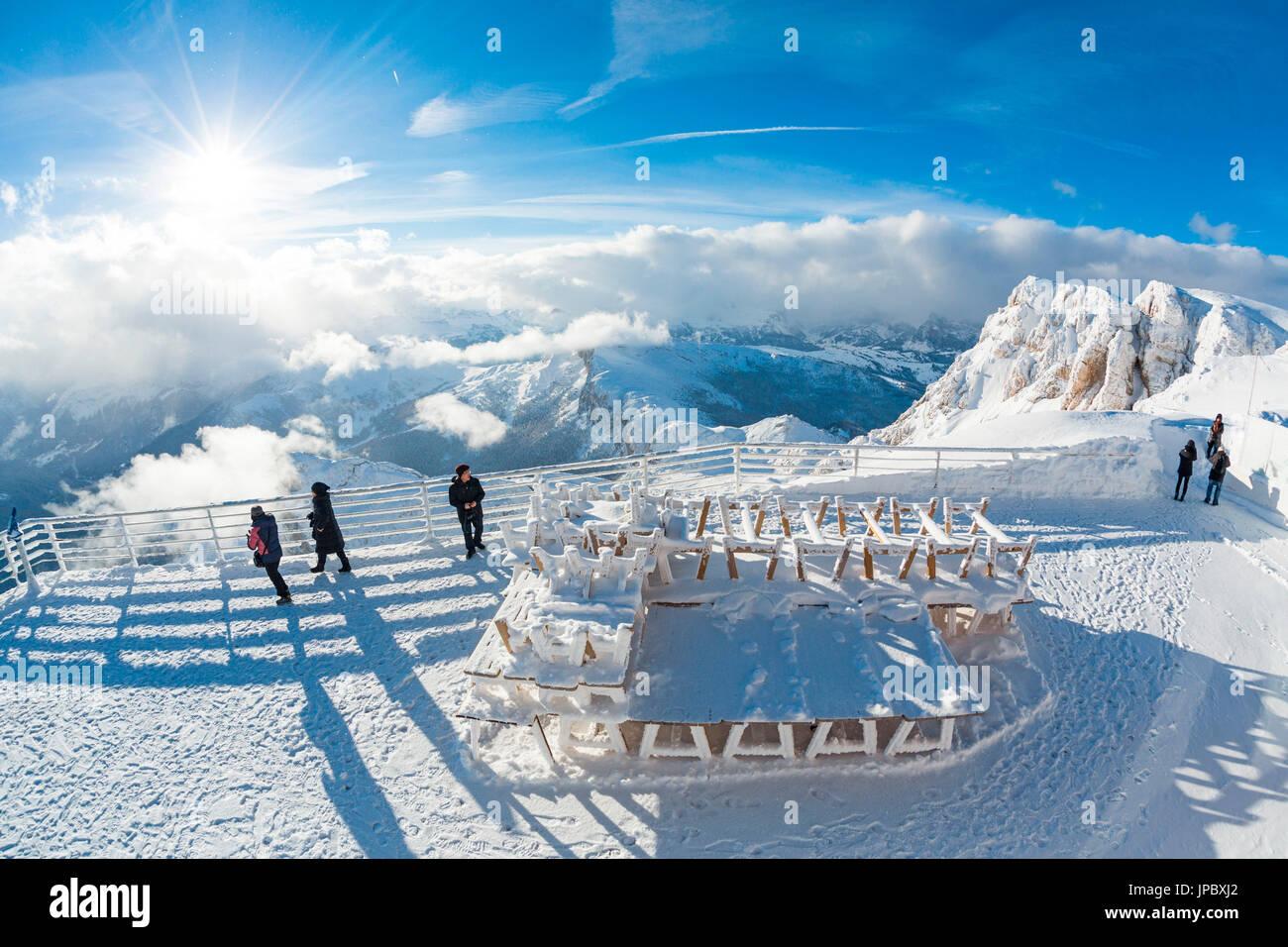 Sole e nuvole sulle cime innevate delle Dolomiti viste dalla ...