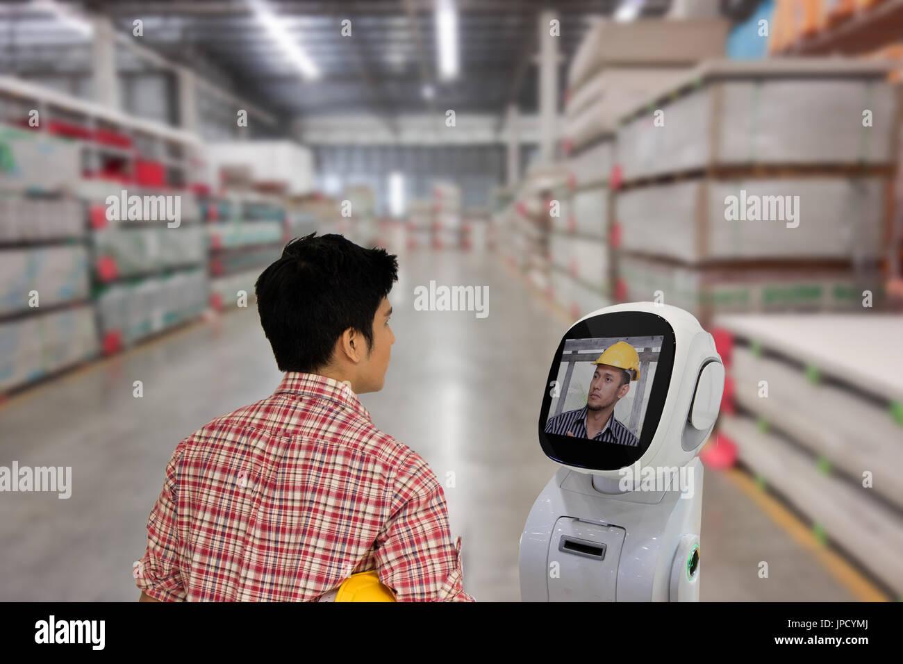 Ingegnere utilizzare robot tecnologia advisor per parlare con il capo o il compagno di squadra per consultare al Foto Stock