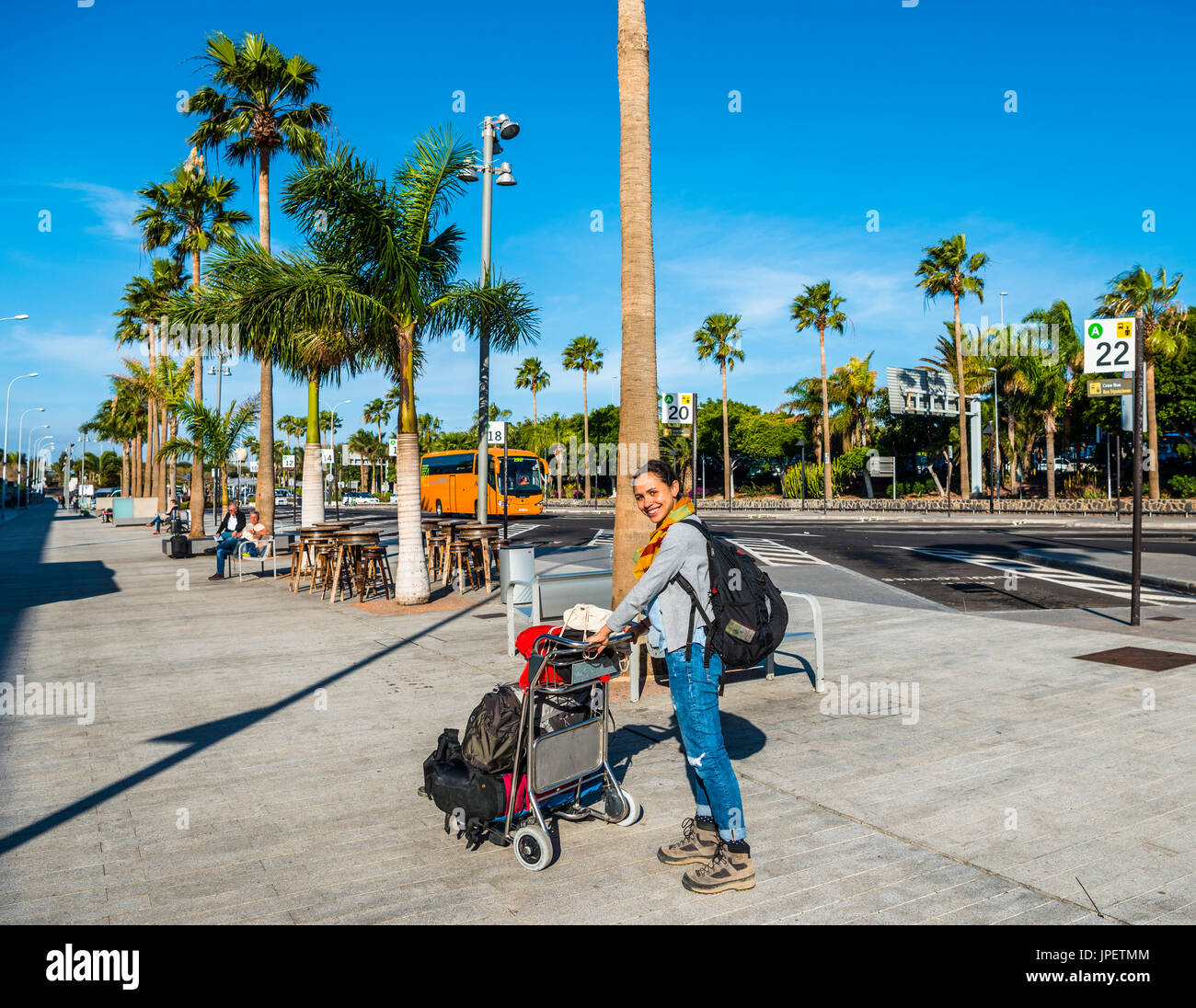 Aeroporto Tenerife Sud : Giovane donna con il carrello con i bagagli aeroporto di tenerife