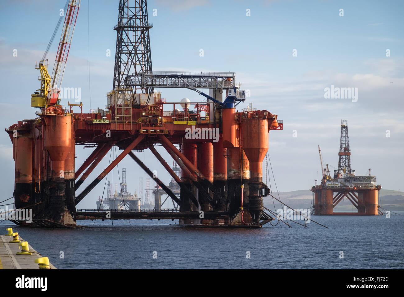 La piattaforma di trivellazione, Borgsten Dolphin, ormeggiata in porto scozzese di Invergordon Immagini Stock